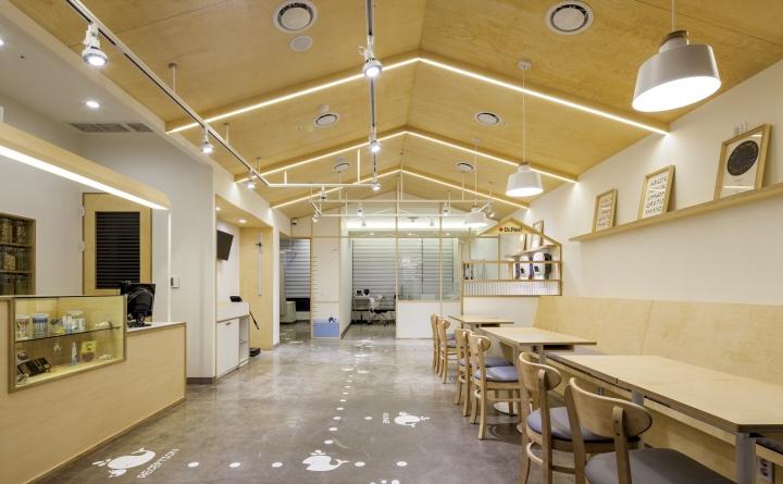Серые потолочные светильники в интерьере клиники