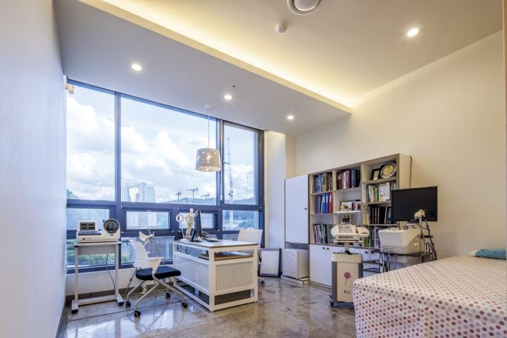 Светлый кабинет врача в клинике