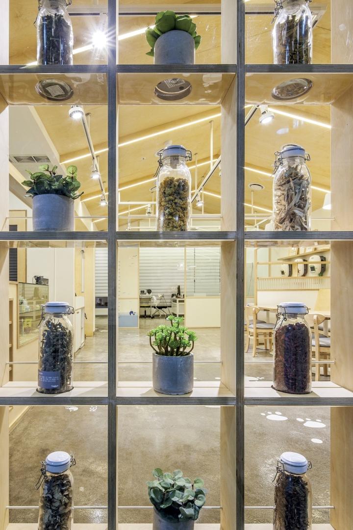 Оригинальный стеллаж с предметами декора в интерьере клиники