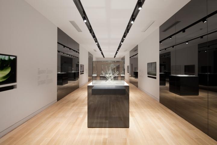 Чёрно-белый цвет в дизайне музея стекла