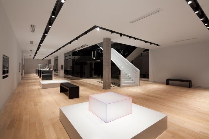 Дизайн музея стекла: чёрно-белый цвет в оформлении лестницы