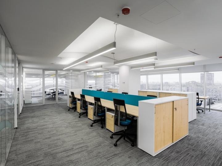 Серого цвета полы в интерьере офиса банка