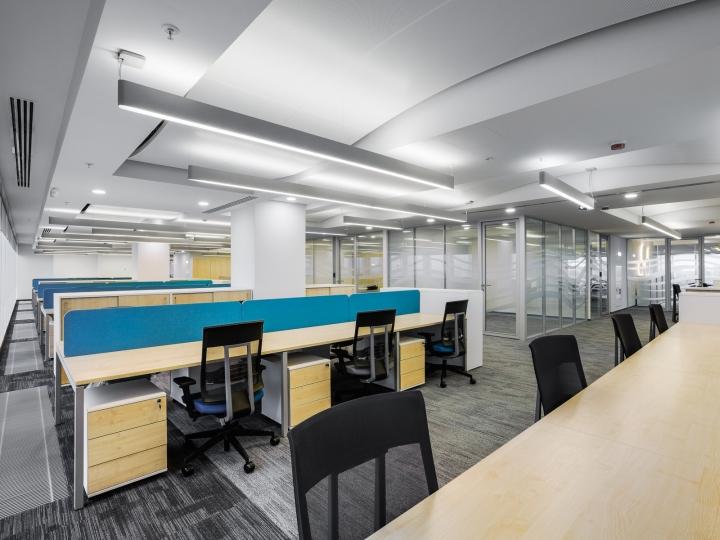 Чёрные кресла для работников в интерьере офиса банка
