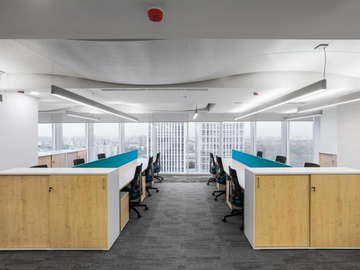 Большие панорамные окна в интерьере офиса банка