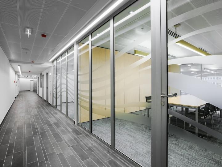 Стеклянные двери с серой отделкой в интерьере офиса банка - Фото 1