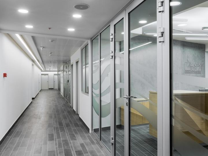 Стеклянные двери с серой отделкой в интерьере офиса банка - Фото 2