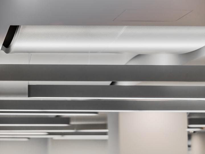 Дизайн белого потолка в офисе банка - Фото 1