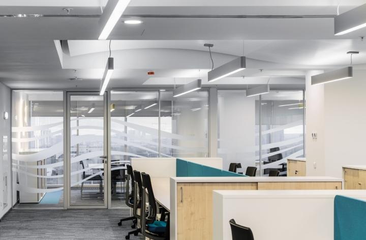 Дизайн белого потолка в офисе банка - Фото 2