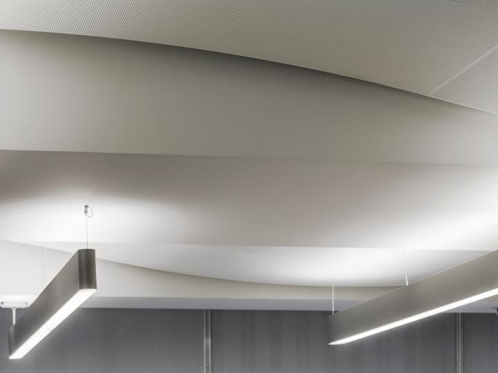 Дизайн белого потолка в офисе банка - Фото 3