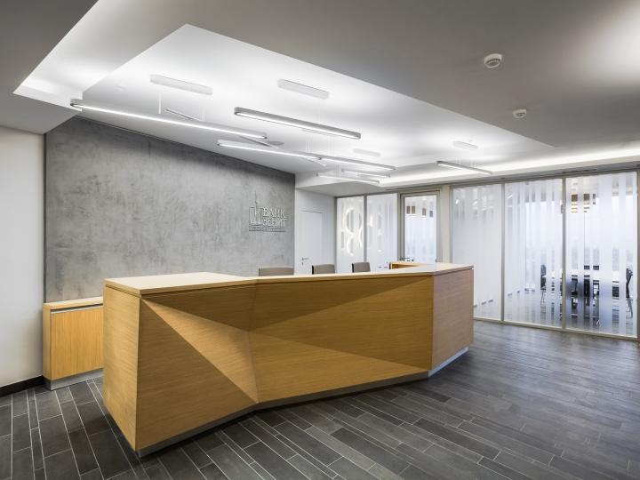Оригинальный дизайн стойки на ресепшине в офисе банка