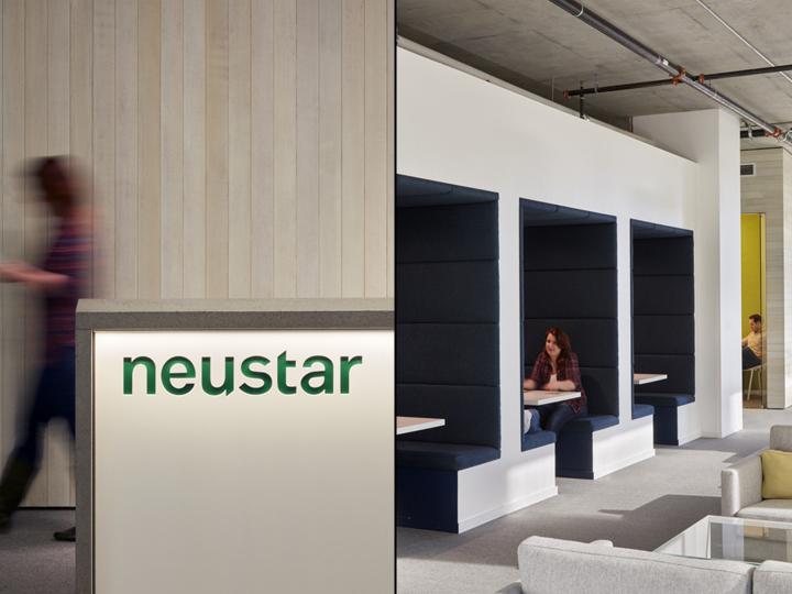 Дизайн офиса в серых тонах: комнатки для приватных бесед
