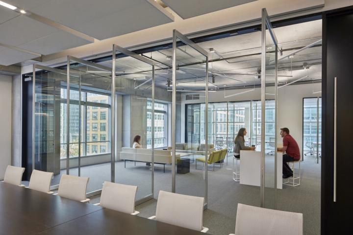 Дизайн офиса в серых тонах: открытые пространства