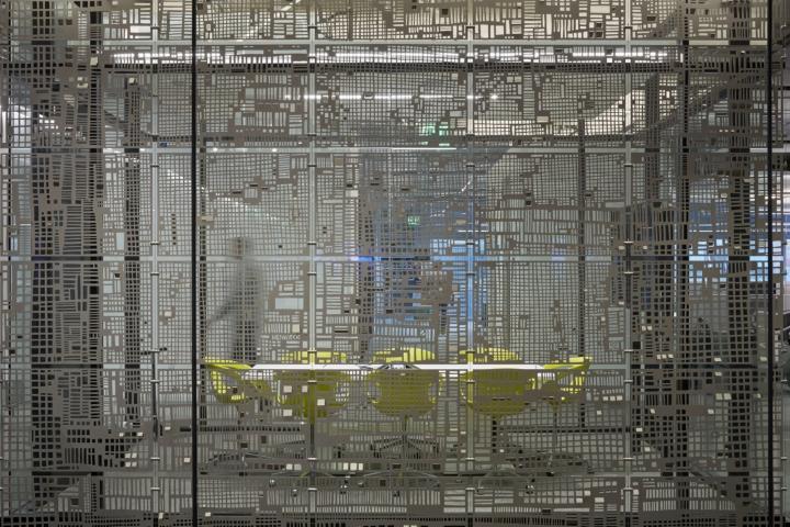 Дизайн офиса в серых тонах: яркие кресла за полупроозрачной решеткой