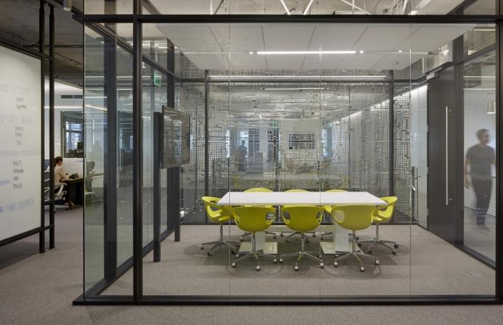Дизайн офиса в серых тонах: комната для переговоров