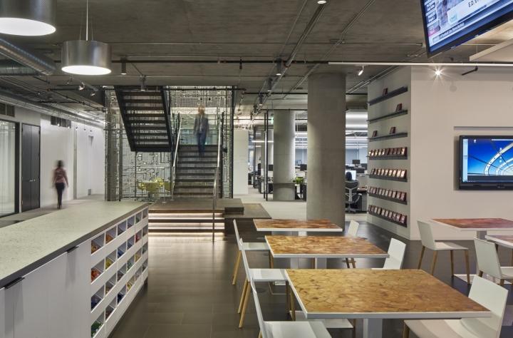 Дизайн офиса в серых тонах: современный брифинг-центр