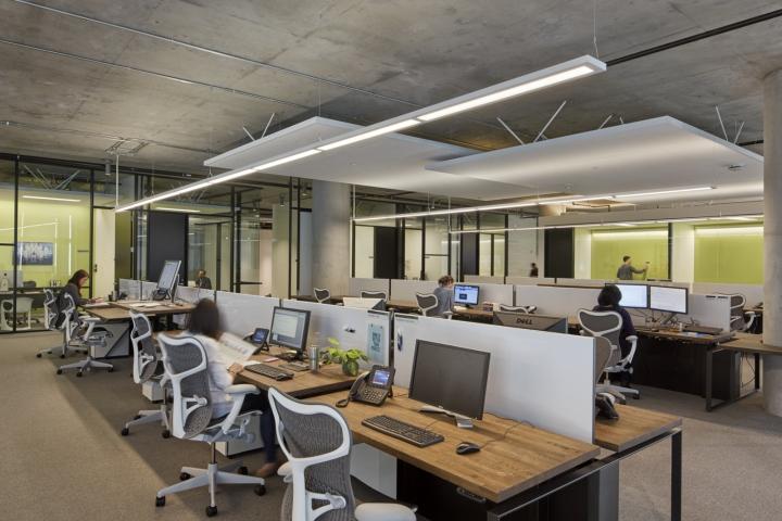 Дизайн офиса в серых тонах: удобные рабочие места