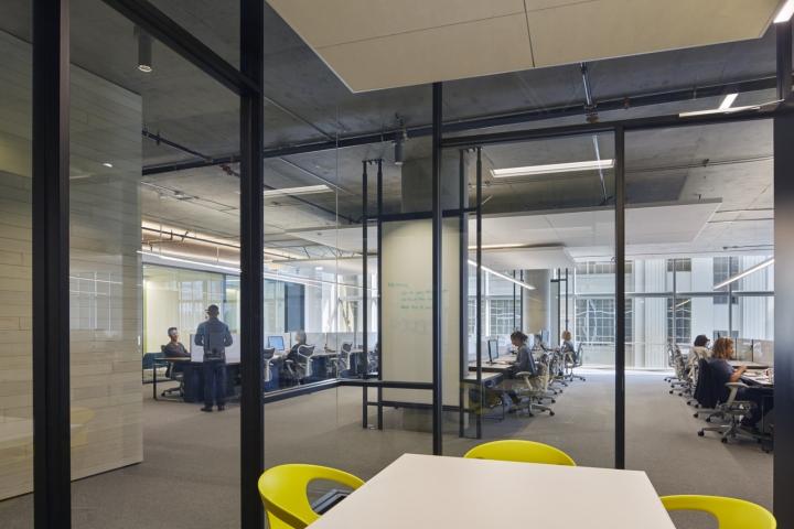 Дизайн офиса в серых тонах: стеклянные перегородки