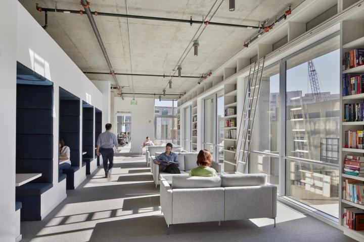 Дизайн офиса в серых тонах: светлая релакс зона