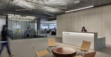 Дизайн офиса в серых тонах: ресепшн компании