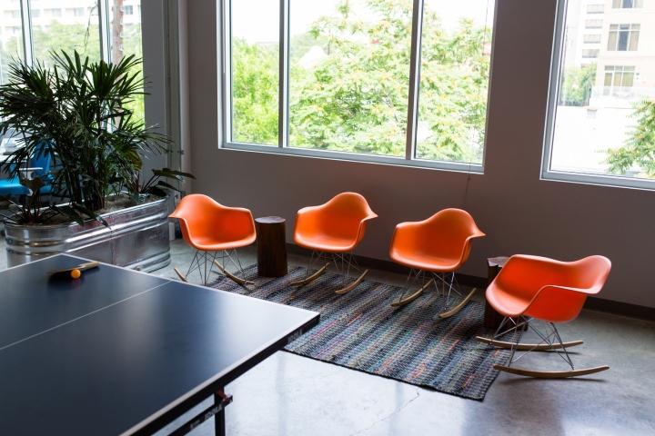 Дизайн офиса: яркие стулья