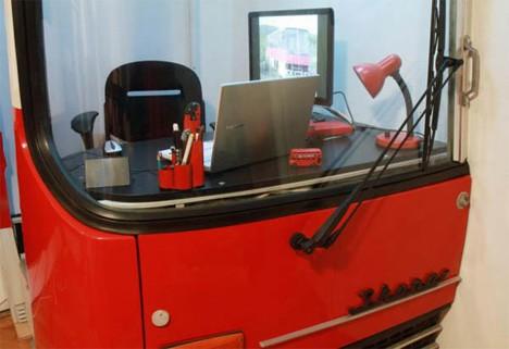 Дизайн офисного рабочего места: сделан из кабины водителя старого автобуса