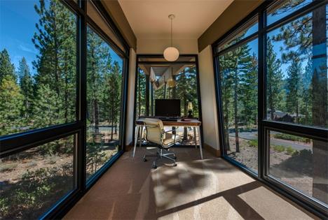 Дизайн офисного рабочего места: стеклянные стены