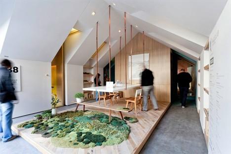 Дизайн офисного рабочего места: стол и ковер из настоящего мха