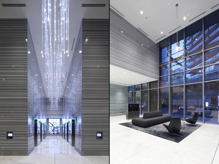 Дизайн освещения офиса от MCM Interiors в Ванкувере - полосатые мраморные стены