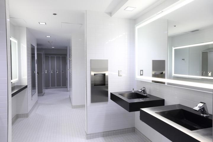 Дизайн освещения офиса от MCM Interiors в Ванкувере - интерьер общественных туалетных комнат