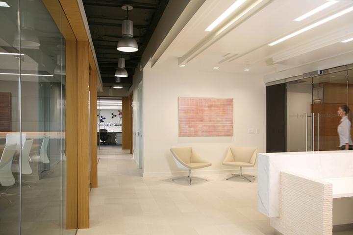 Минималистичный дизайн отделки офиса в Бостоне: перегородки
