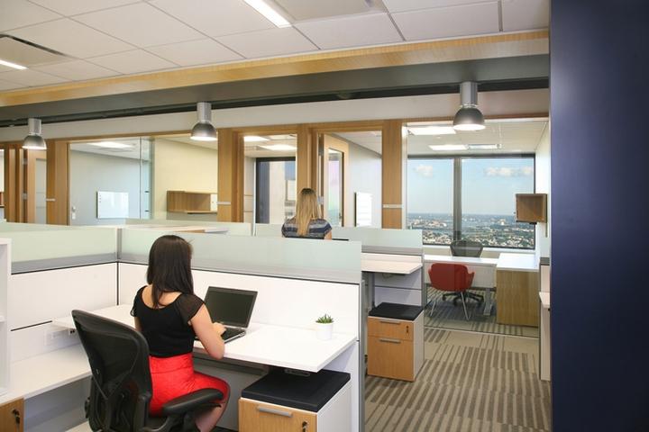 Минималистичный дизайн отделки офиса в Бостоне: стеклянные стены