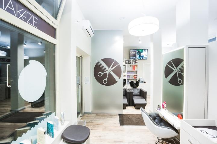 Большой светильник в дизайне парикмахерской