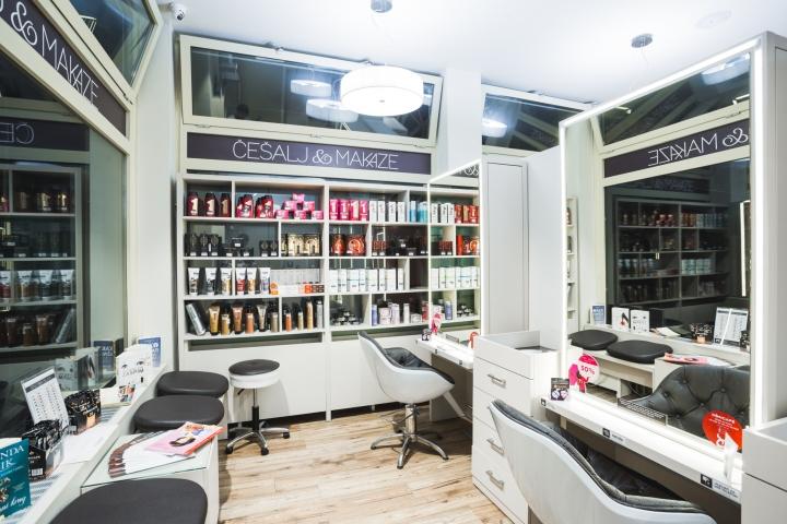 Открытые полки в дизайне парикмахерской