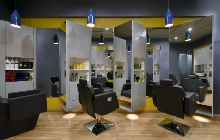 Чёрные кожаные кресла в дизайне парикмахерской