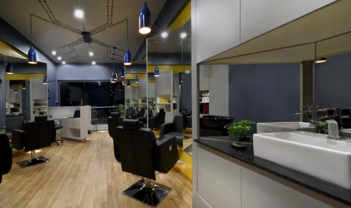 Чёрная мраморная столешница в дизайне парикмахерской