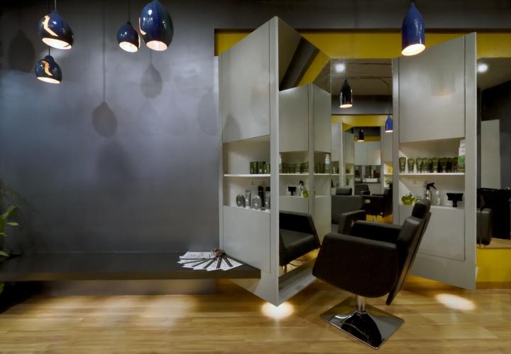 Светлый деревянный пол в дизайне парикмахерской