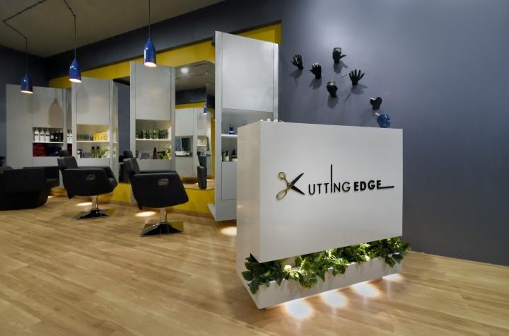 Белая стойка администратора в дизайне парикмахерской
