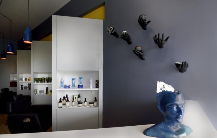 Компактные белые стеллажи в дизайне парикмахерской