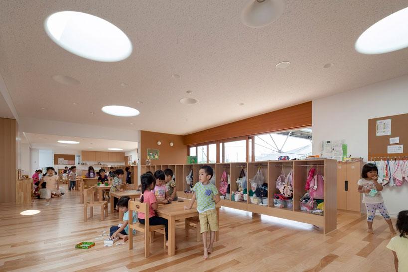 Светлый дизайн детского класса в интерьере сада