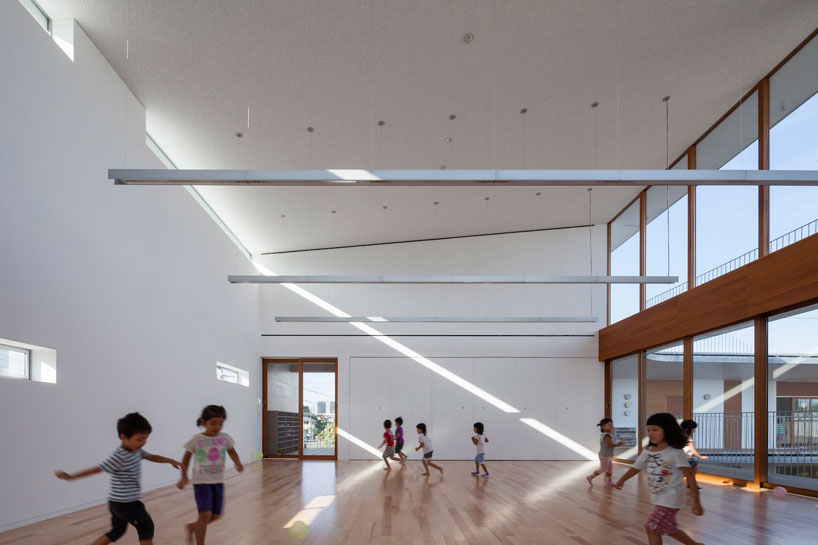 Белые стены в интерьере спортивного зала детского сада