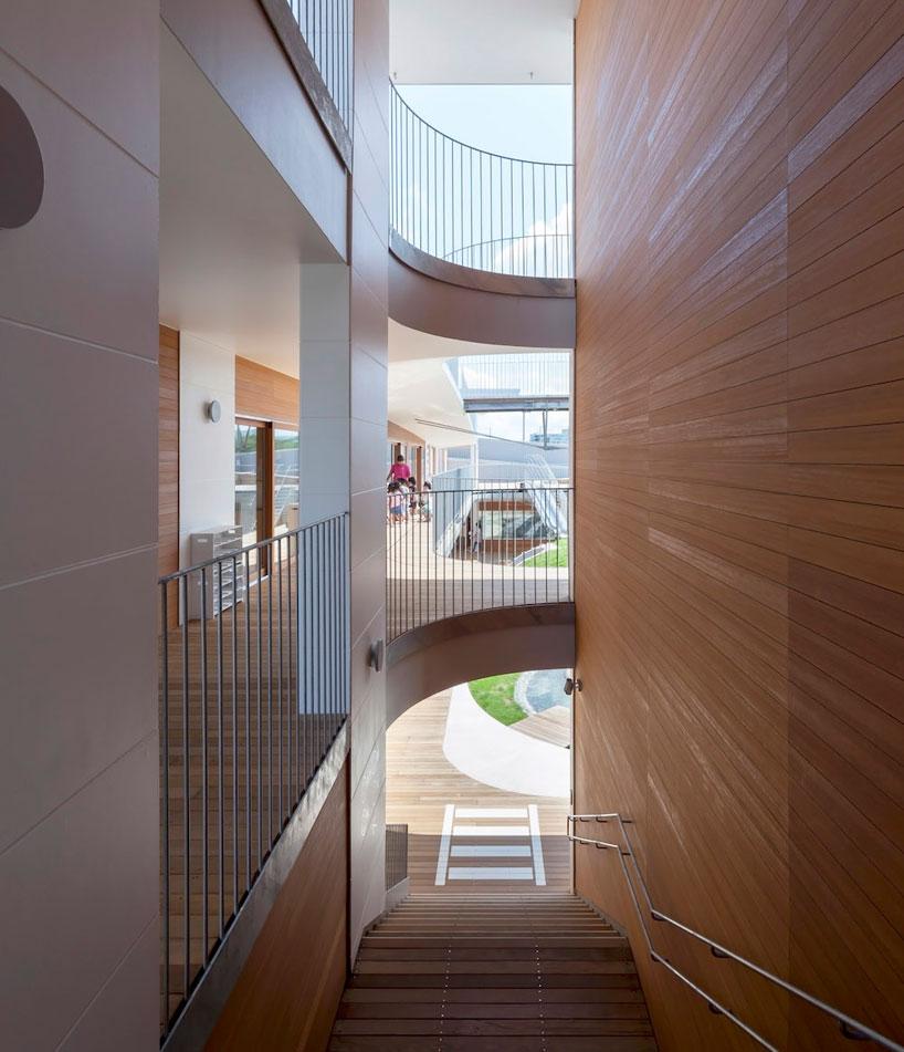 Деревянная отделка стен в дизайне детского сада