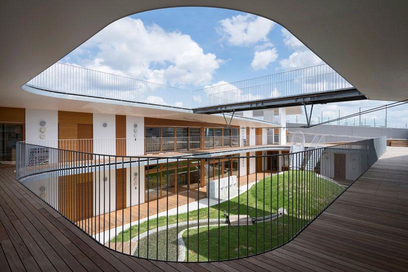 Металлические перила на этажах в дизайне детского сада