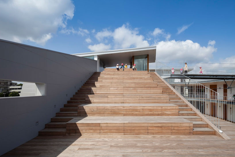 Открытая площадка на крыше здания детского сада
