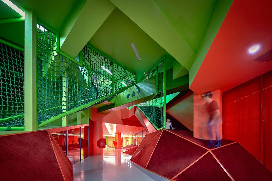 Игровая комната в красно-зелёном цвете в интерьере детского сада