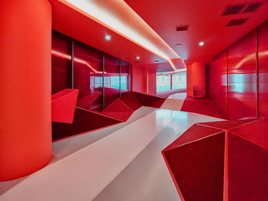 Ярко-красная игровая комната в интерьере детского сада