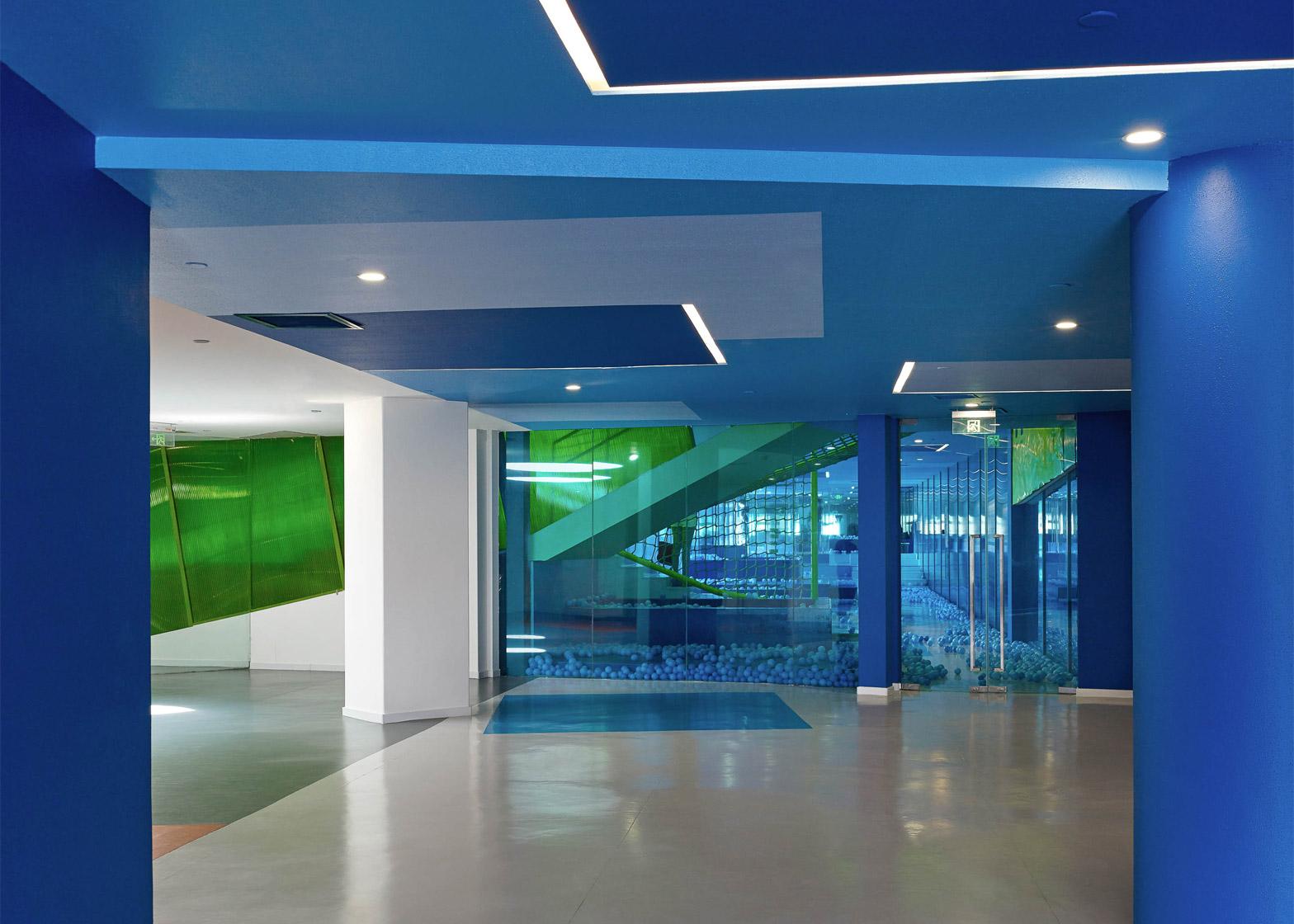 Дизайн коридора детского сада насыщенного синего цвета