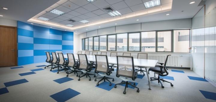 Яркий дизайн кабинета в бело-голубом цвете