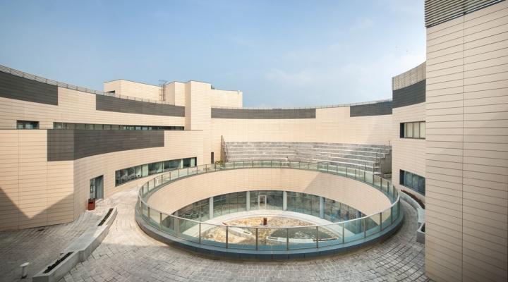 Дизайн крыши здания офиса с бетонными лавочками
