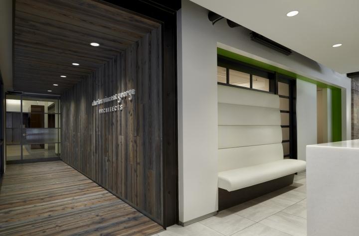 Дизайн-проект офиса в Иллиноисе, США: вид на коридор