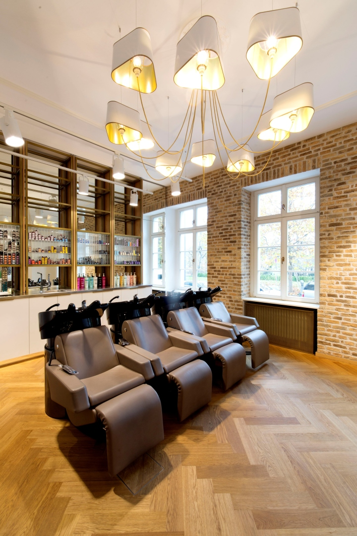Уютный светлый зал с оборудованием для мытья волос